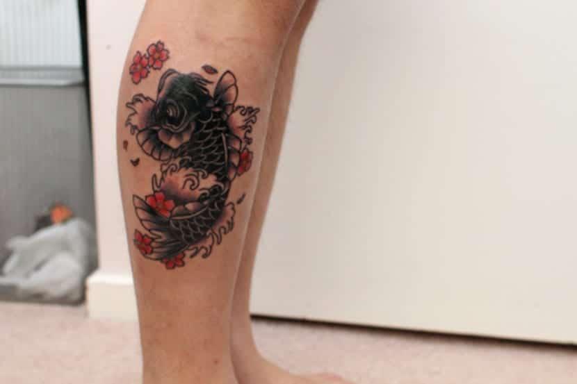 Pez Koi en la pierna