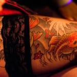 Tatuaje de Pez Kois en muslo