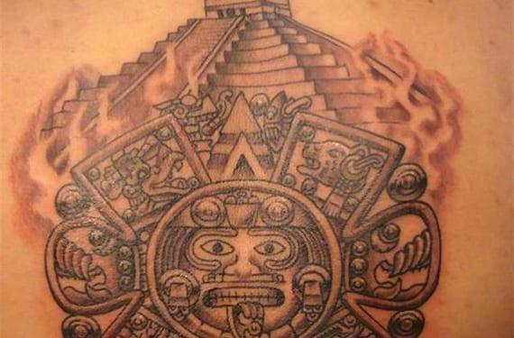 Tatuaje con motivos aztecas