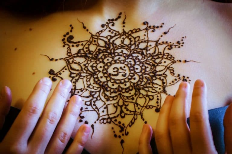 Símbolo Om con henna