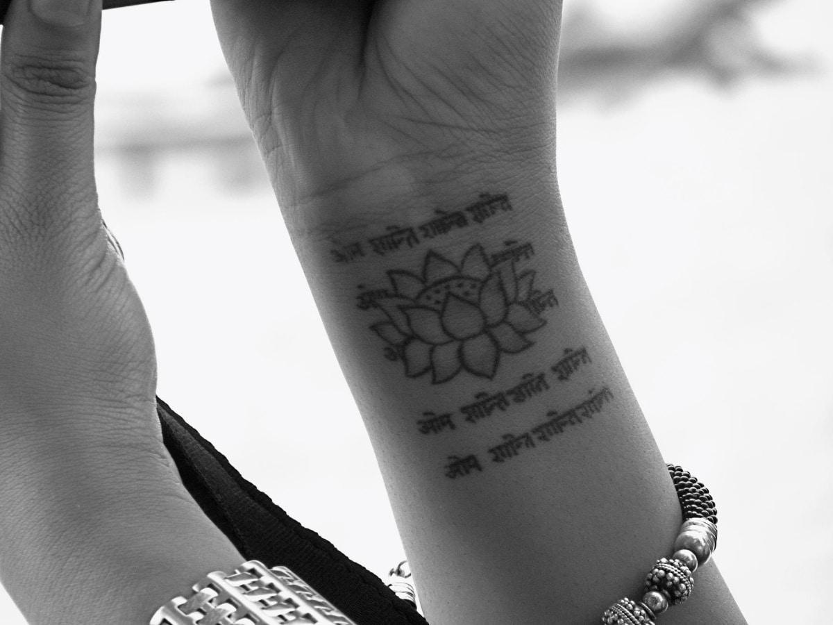 Es muy habitual combinar mantras y Om con flores de loto