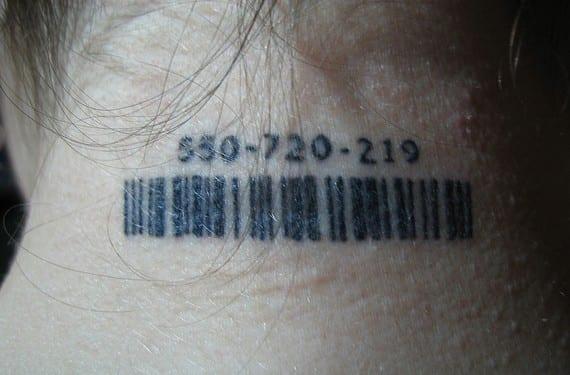 Tatuaje writing de código de barras. Mundo Feliz, allá vamos.
