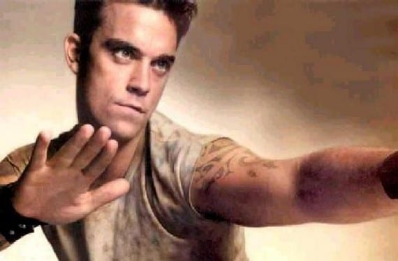 El tatuaje tribal de Robbie