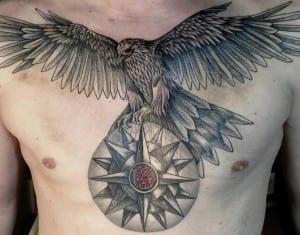 Un halcón con una rosa de los vientos
