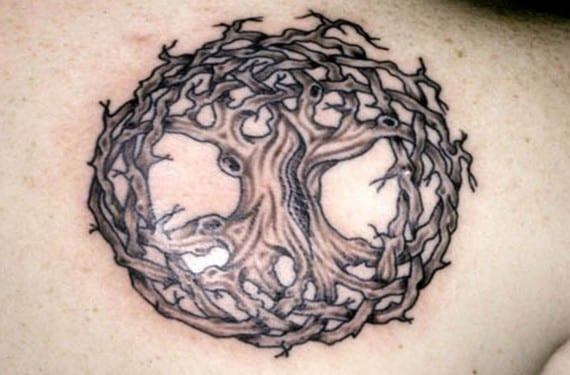Precioso tatuaje del árbol sagrado celta