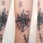 tatuaje rosa de los vientos en brazo
