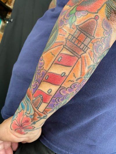 Tatuaje de faro en el brazo
