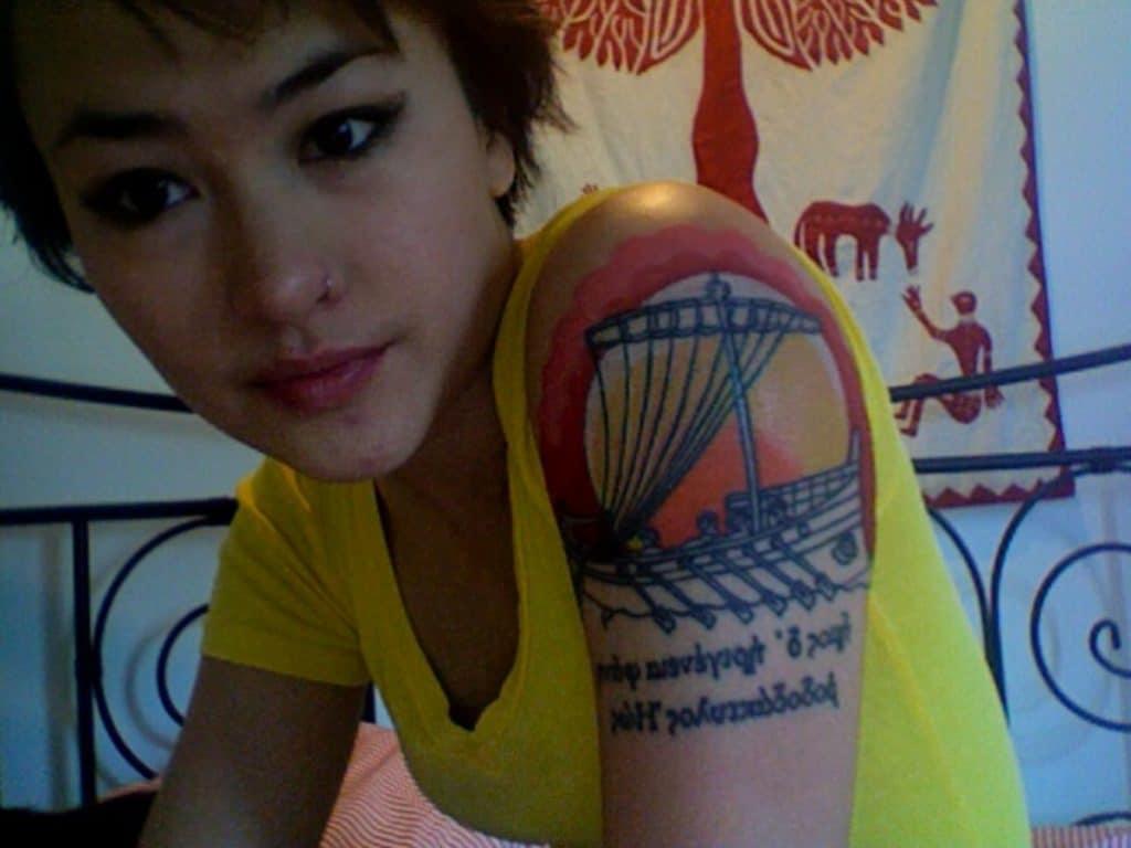 Tatuaje con cita de la odisea.