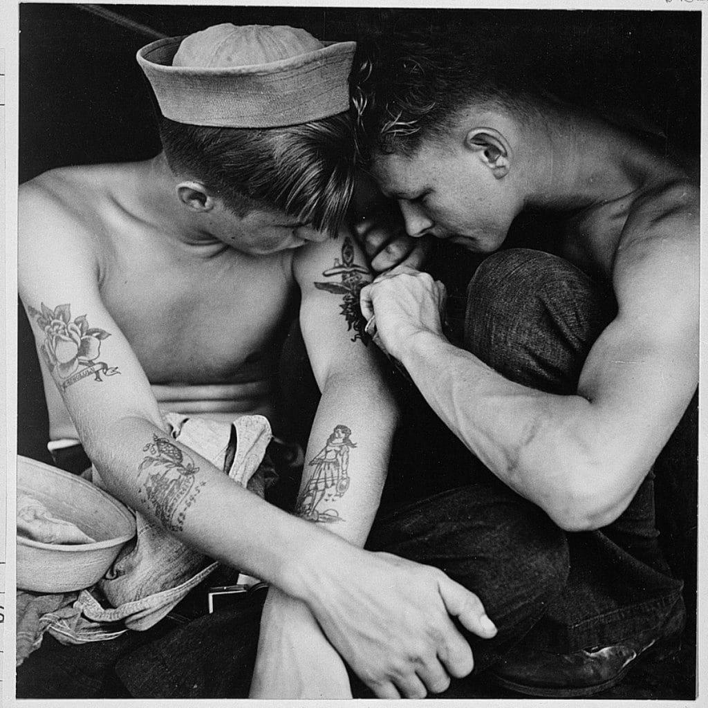 Marineros tatuándose