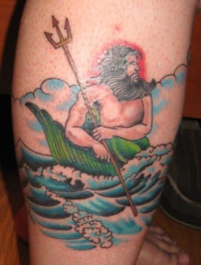 Neptuno con su tridente en el mar.