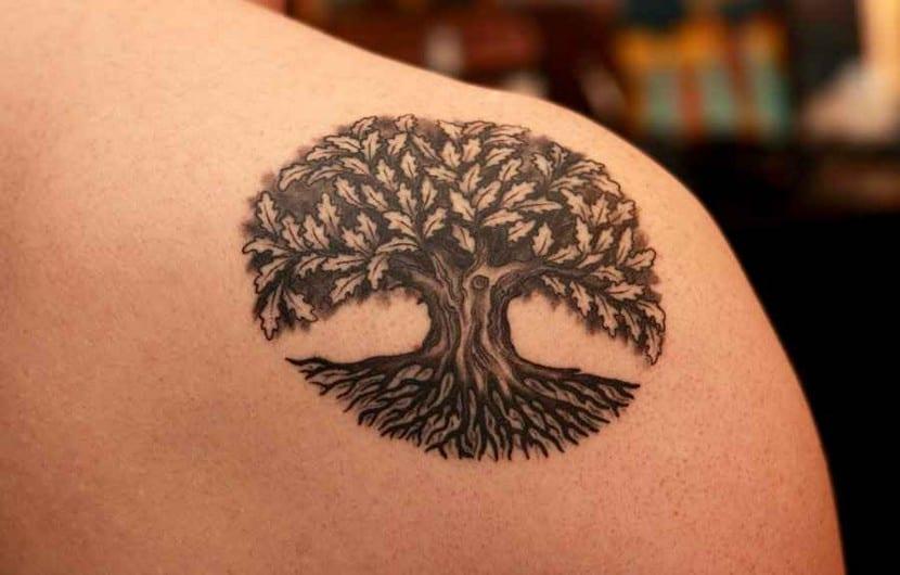 Un tatuaje de un roble