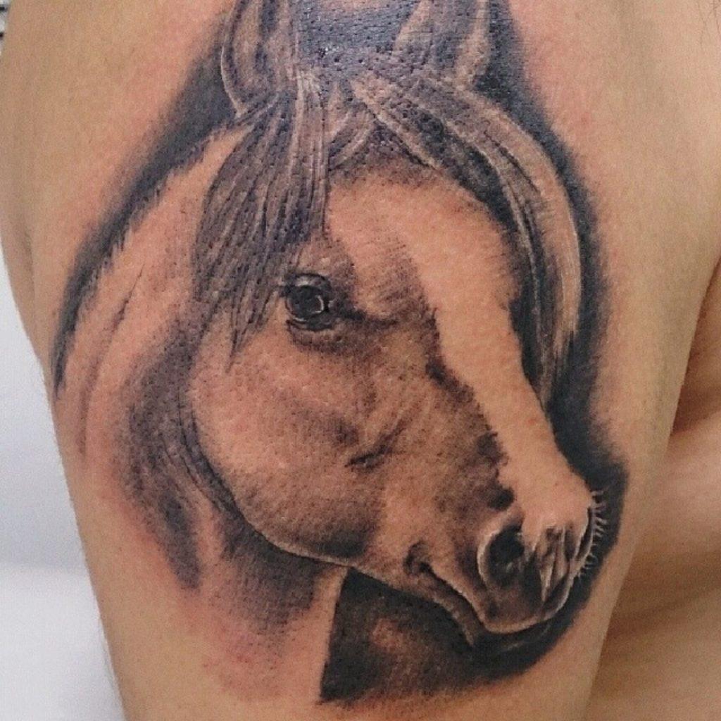 Tatuaje de caballo realista.