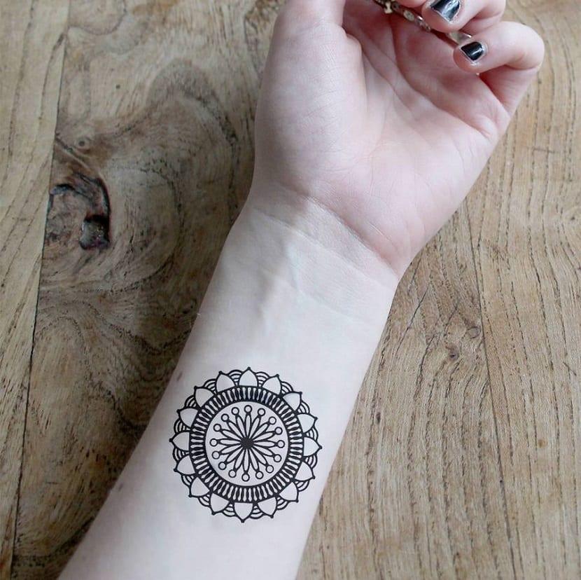 tatuaje de mandala muneca