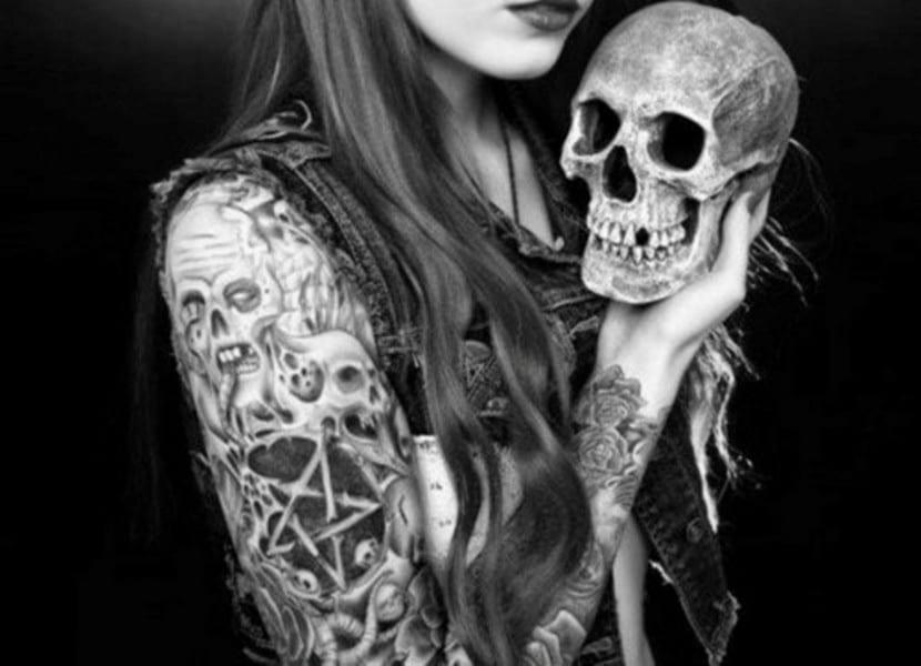 Un tatuaje con muchos símbolos