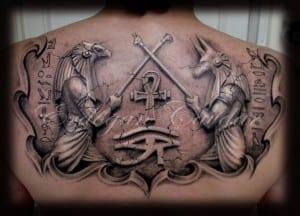 Un tatuaje con Anubis y Horus