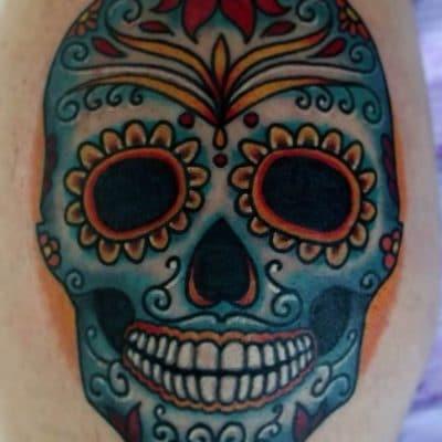 Una calavera mexicana azul tatuada