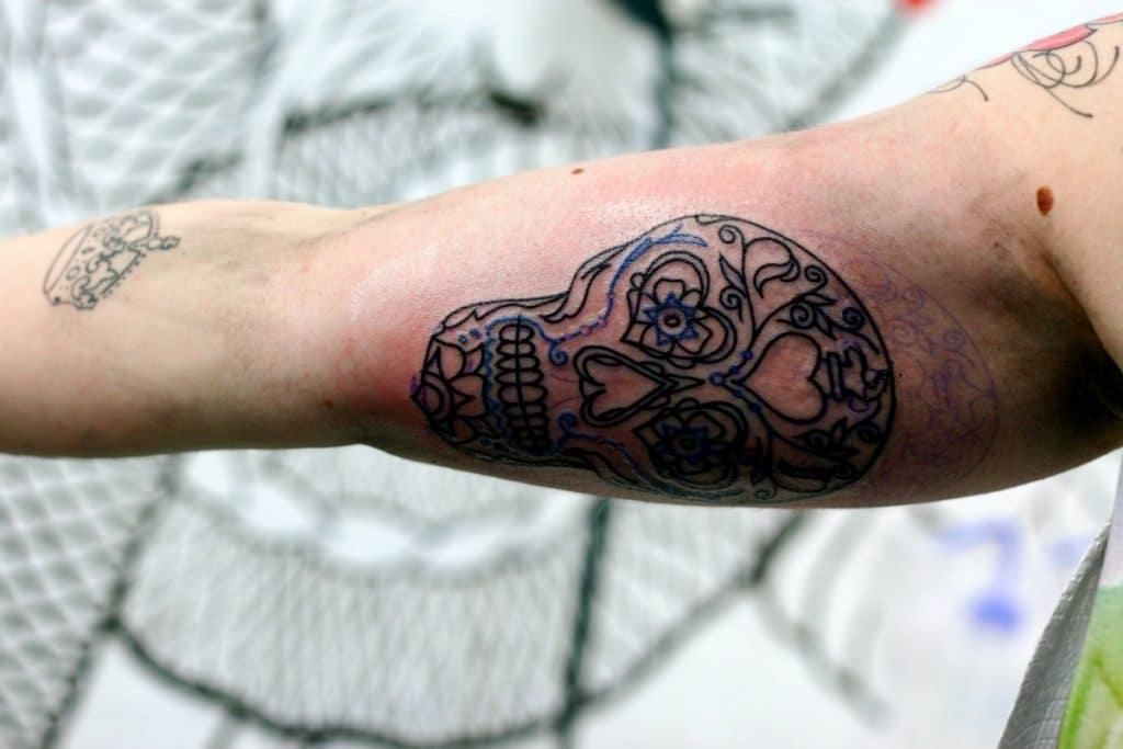 Delineado de tatuaje en la parte interior del brazo