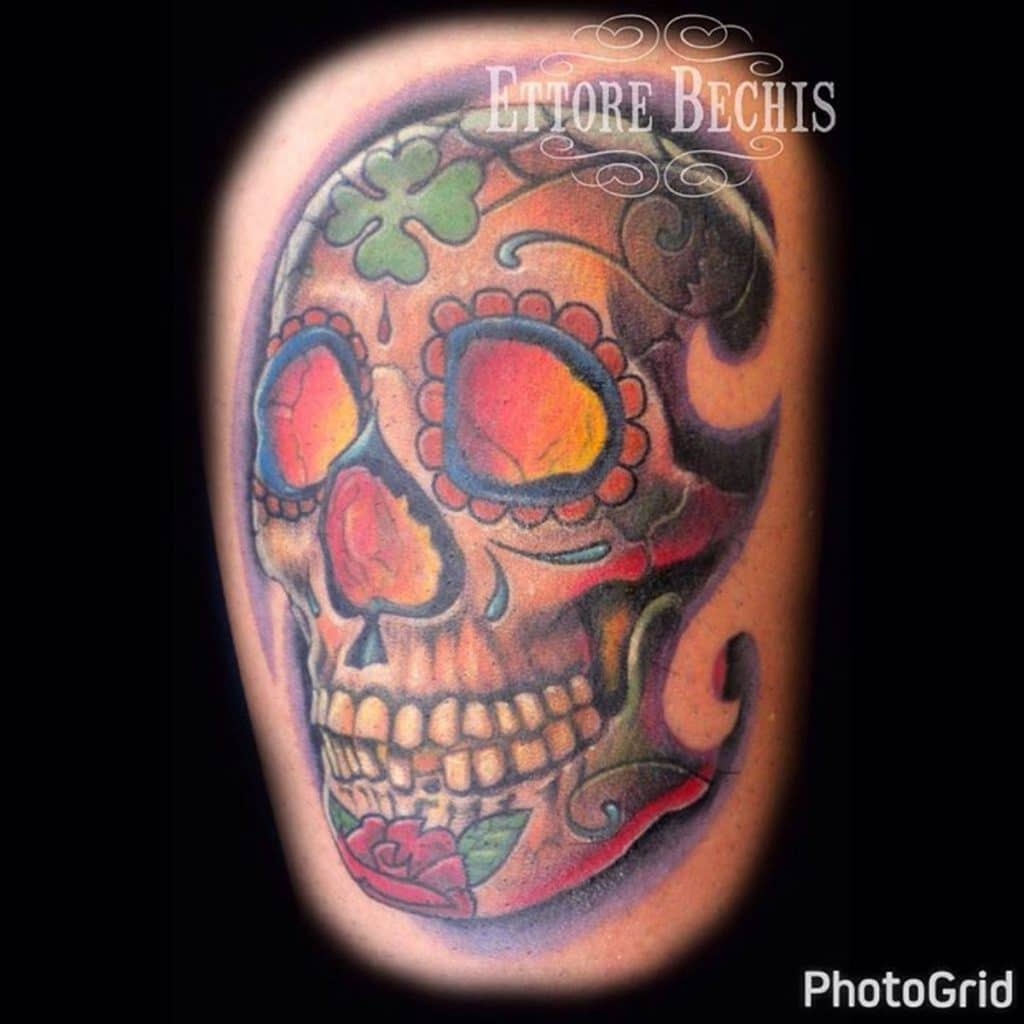 Tatuaje a color de calavera decorada