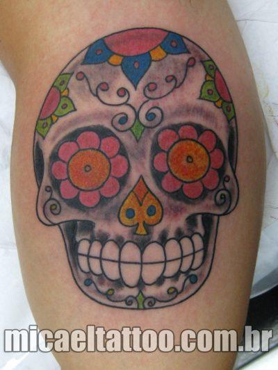 Tatuaje con calavera y flores en los ojos