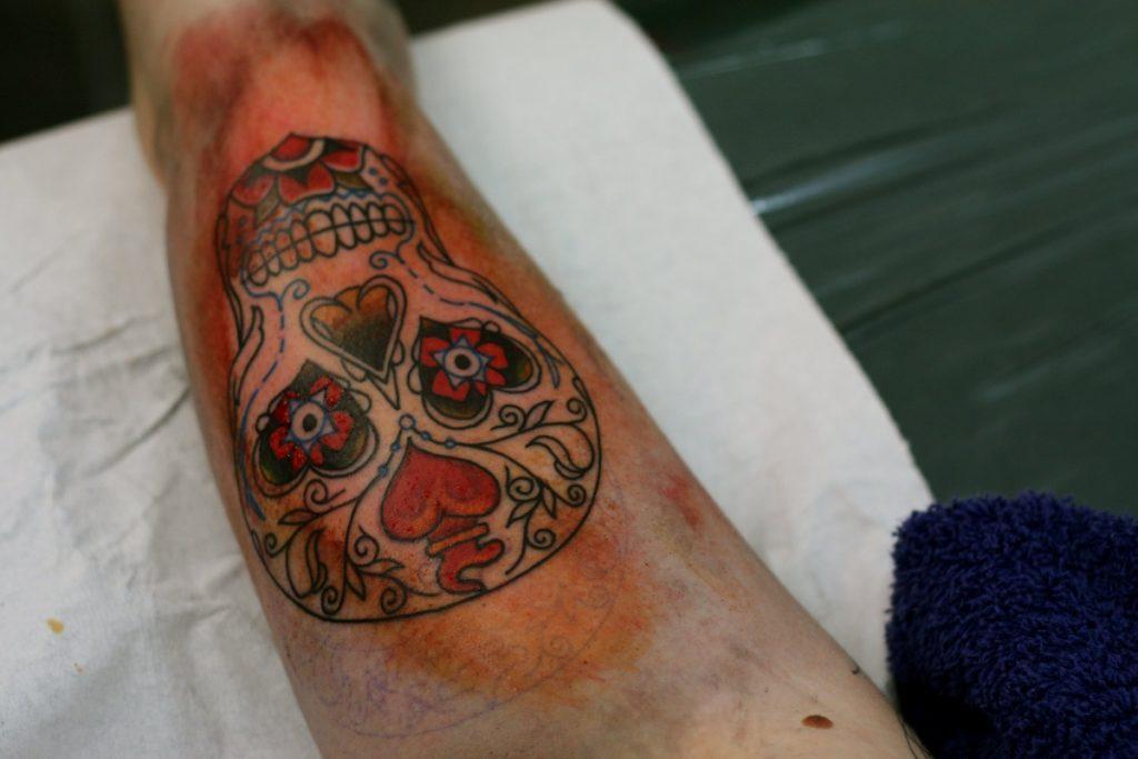 Un tatuaje con calavera roja