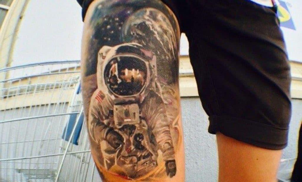 Tatuaje de espacio en la pierna