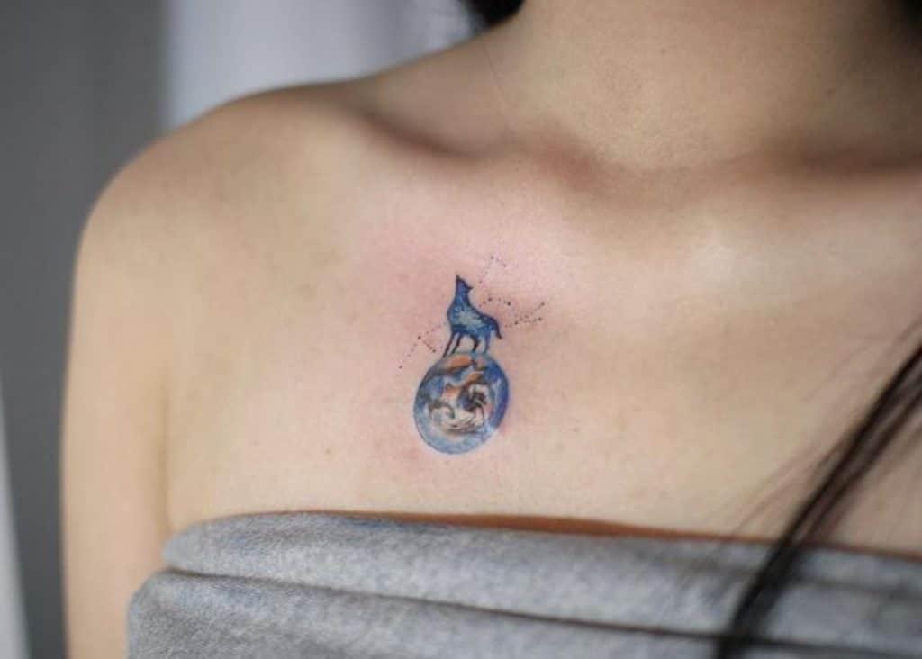 Tatuaje de la Tierra y constelación
