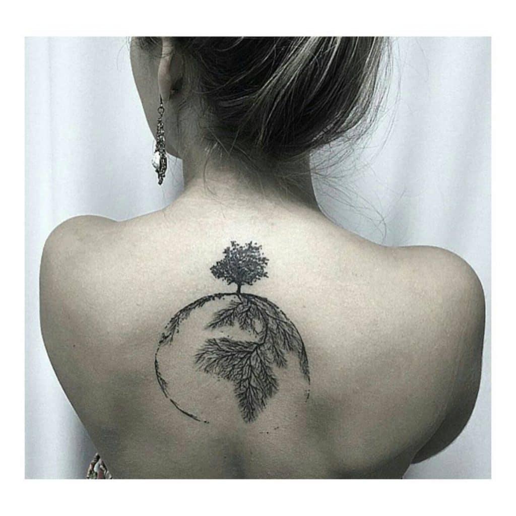 Tatuaje de la Tierra en la espalda