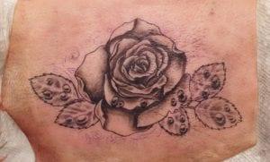 Tatuando en piel de cerdo