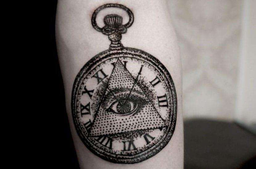 Tatuaje Illuminati en brazo