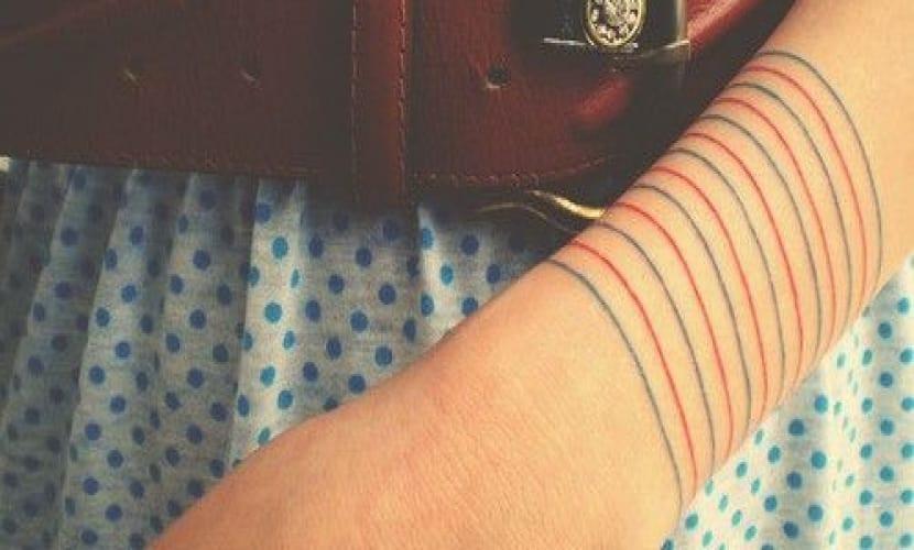 Tatuajes de líneas en el brazo de colores