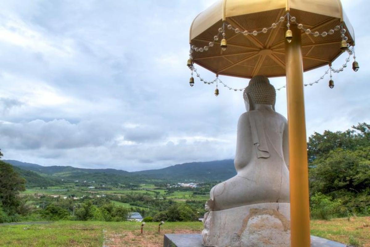 Buda con paraguas
