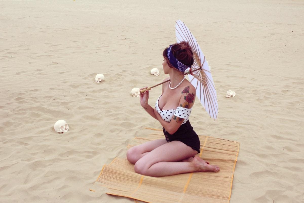 Chica tatuada en la playa