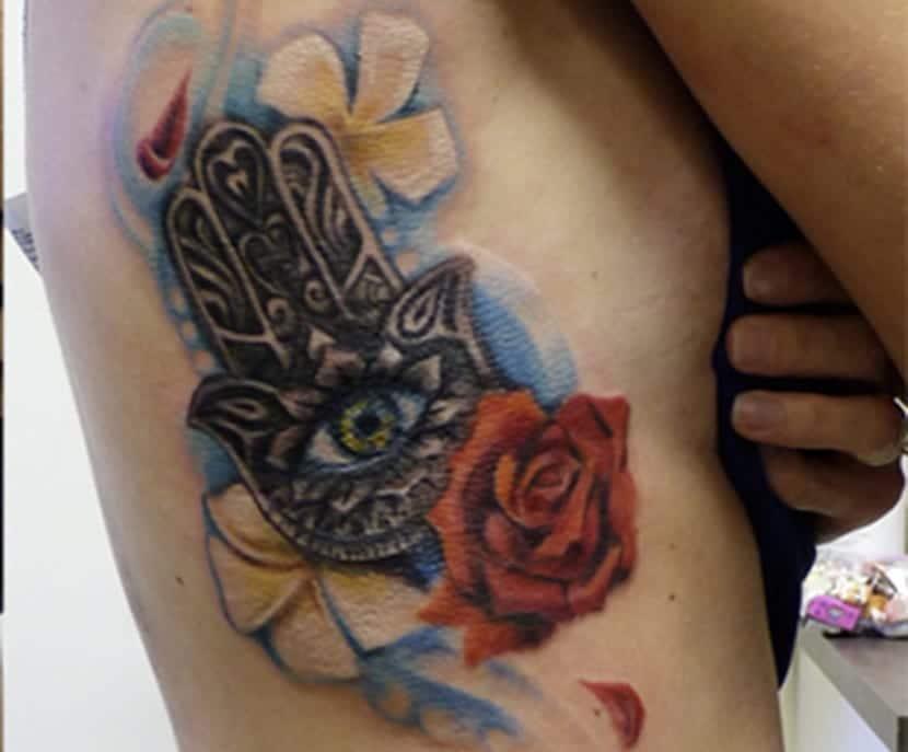 Tatuaje de mano de fátima a color