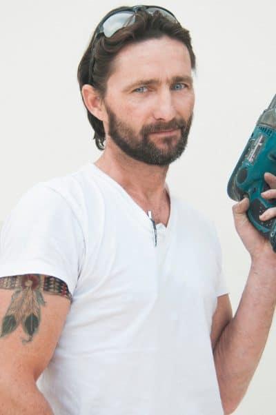 Hombre con tatuaje de liga en el brazo