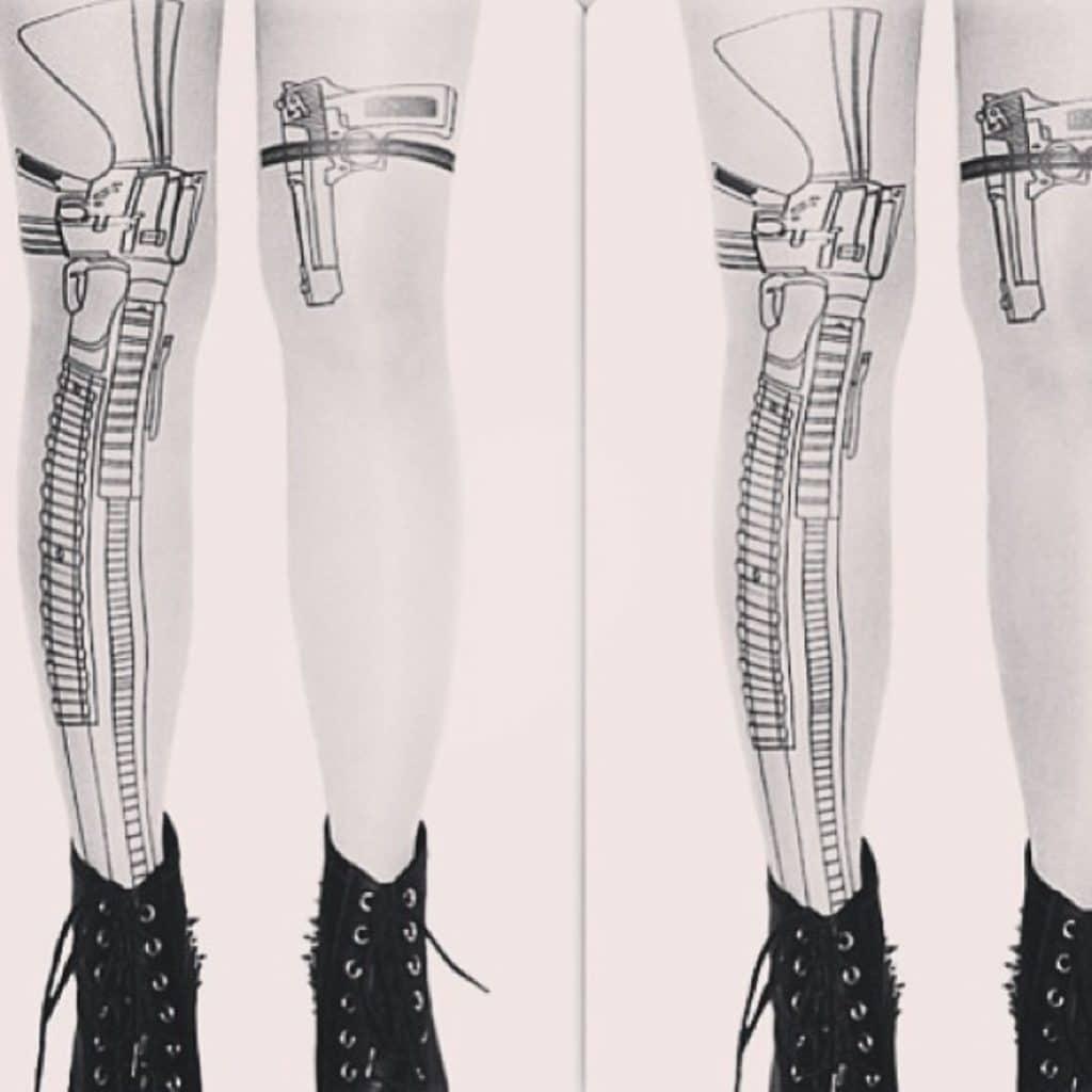 Tatuaje con liga y pistola