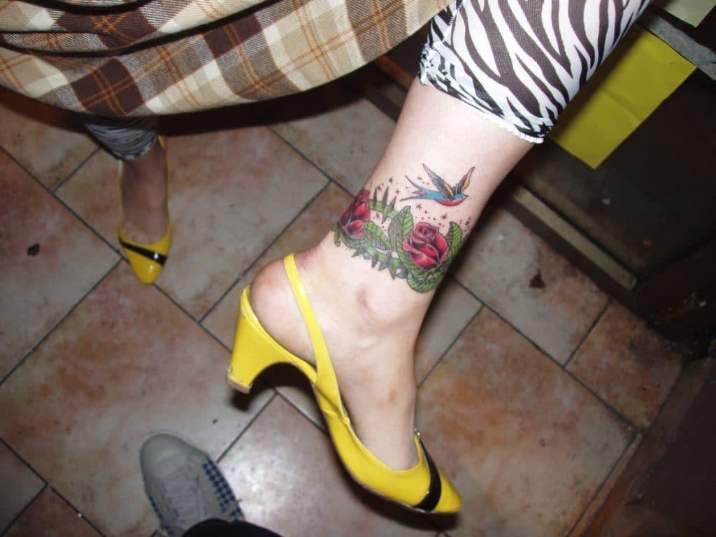 Liga tatuada en el tobillo