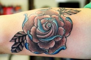 tatuaje rosa brazo hombre