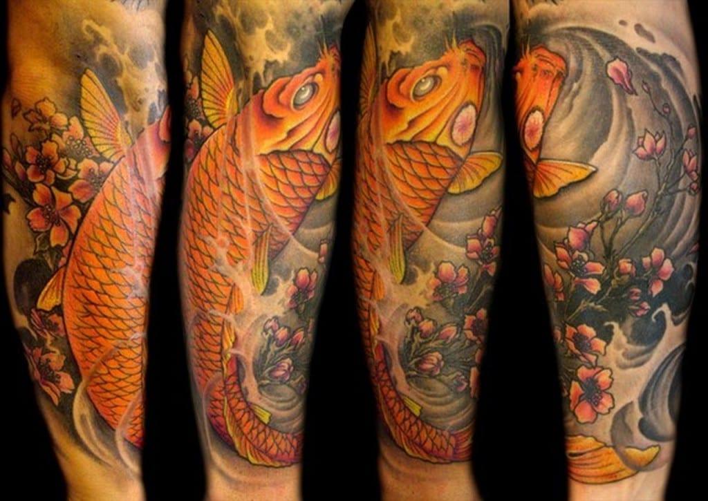 tatuaje pez koi naranja brazo
