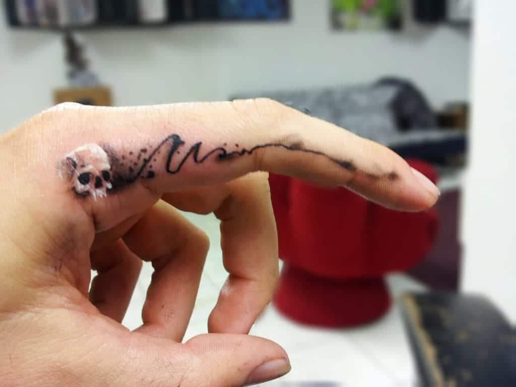 tatuaje raro dedo
