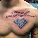 tatuaje diamantes en el pecho