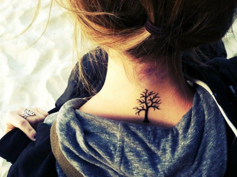 tatuaje arbol cuello joven