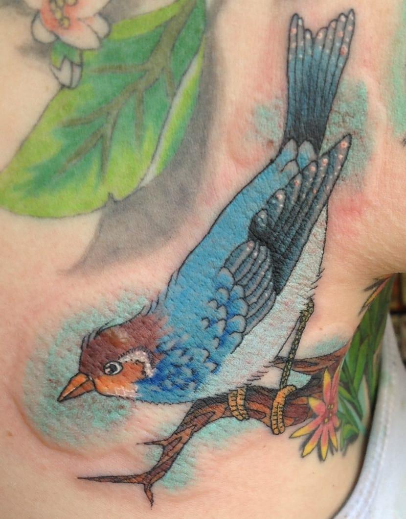 tatuaje axilas pajaro