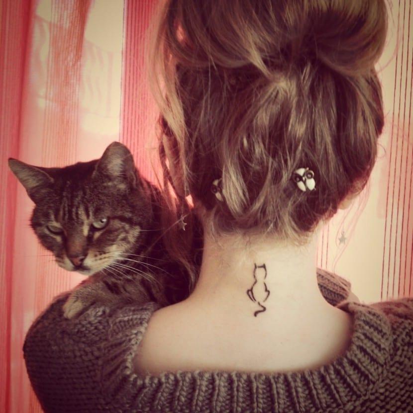 tatuaje pequeno gato silueta