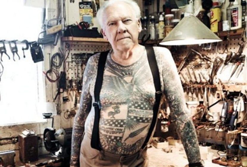 Anciano con tatuajes