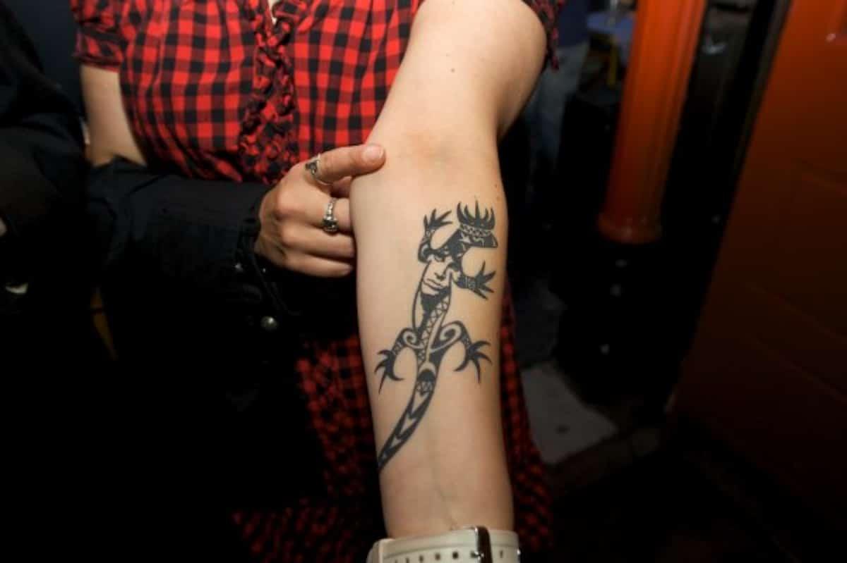 Camaleón en el brazo, mira cómo se enrosca la cola