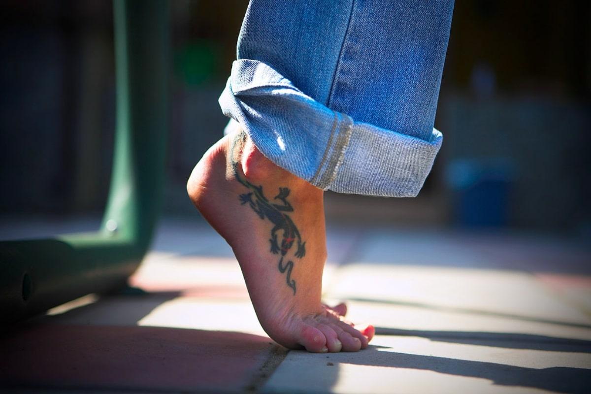Camaleón tatuado en el pie