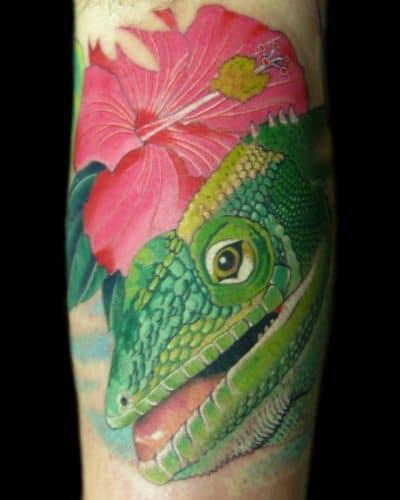 Un camaleón realista con hibiscus