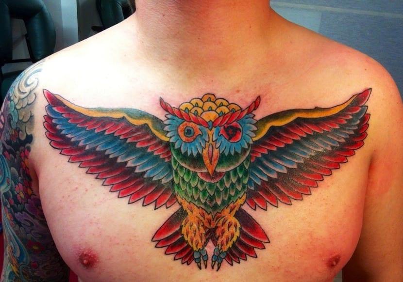 Tatuaje de búho a color en el pecho