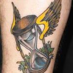 tatuaje de reloj de arena con alas