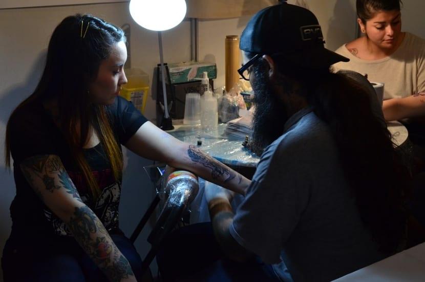 Chica haciéndose un tatuaje